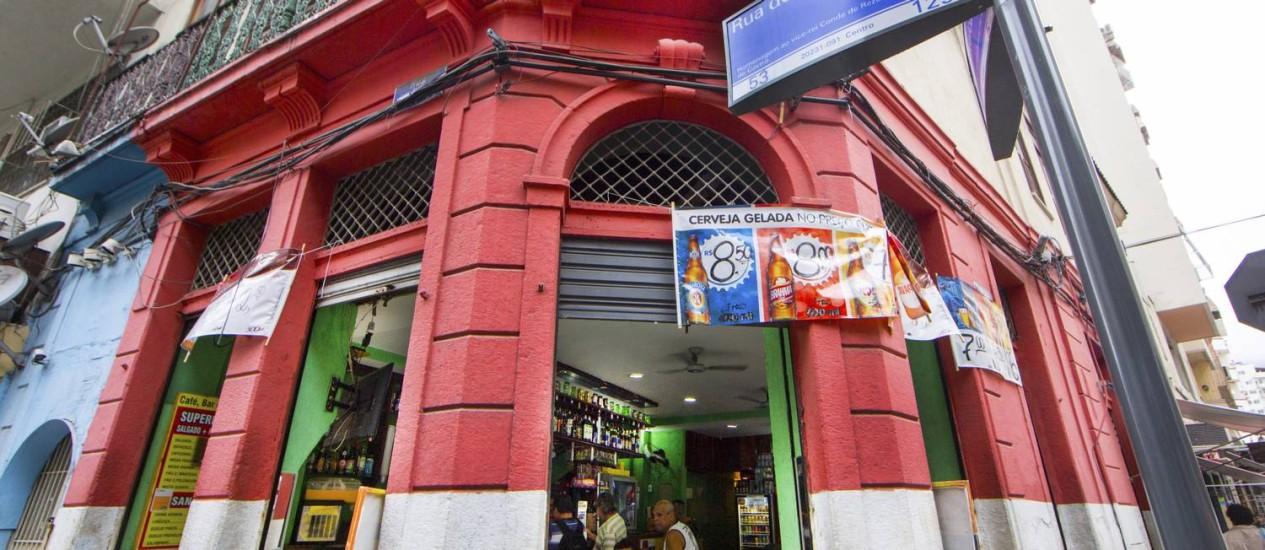 Antigo bar da Rua do Rezende ganhou nova pintura após a reformulação do comércio na região Foto: Antonio Scorza / Agência O Globo