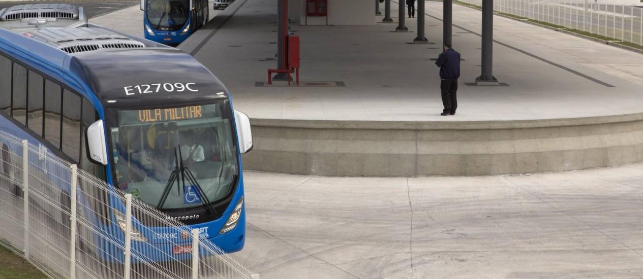 Segundo o sindicato dos Motoristas e Cobradores de Ônibus do Rio, motoristas não conseguem parar o veículo nos sinais de trânsito quando este passa de verde para amarelo Foto: Leo Martins / Agência O Globo