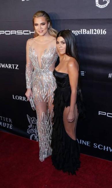 Khloe apostou num naked dress poderoso, enquanto Kourtney deixou as transparências apenas para a lateral das coxas KENA BETANCUR / AFP
