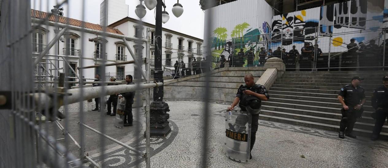 Cerco montato em frente à Alerj, onde servidores estaduais fazem protesto Foto: Pablo Jacob / Agência O Globo