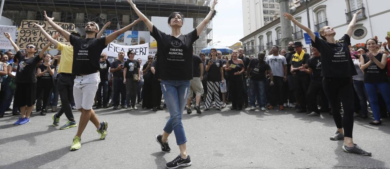 Funcionários do Theatro Municipal participam de protesto em frente à Alerj Foto: Pablo Jacob / Agência O Globo