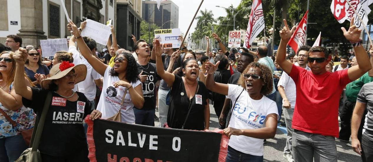 O protesto de servidores do estado em frente à Alerj Foto: Pablo Jacob / Agência O Globo