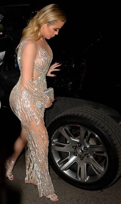 """Parece que o naked dress (""""vestido nu"""") está de volta ao tapete vermelho - e ainda mais revelador. No Angell Ball, um evento beneficente em prol de pesquisas pela cura do câncer, que aconteceu nesta segunda-feira, em Nova York, Khloé Kardashian mostrou toda a sua exuberância ao ser clicada fora do tapete vermelho por paparazzi AKMG / AKM-GSI"""