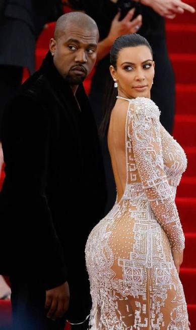 Khloé não é a única da família a usar o naked dress. No Met Gala de 2015, Kim Kardashian usou uma versão do vestido John Lamparski/AFP