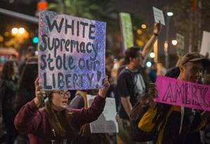 Manifestantes protestam contra indicação de Steve Bannon para alto cargo no gabinete de Donald Trump Foto: DAVID MCNEW / AFP