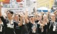 Luto. De preto, manifestantes se concentram em frente à Assembleia: grupo do Teatro Municipal, que protesta contra atrasos salariais, fez apresentação