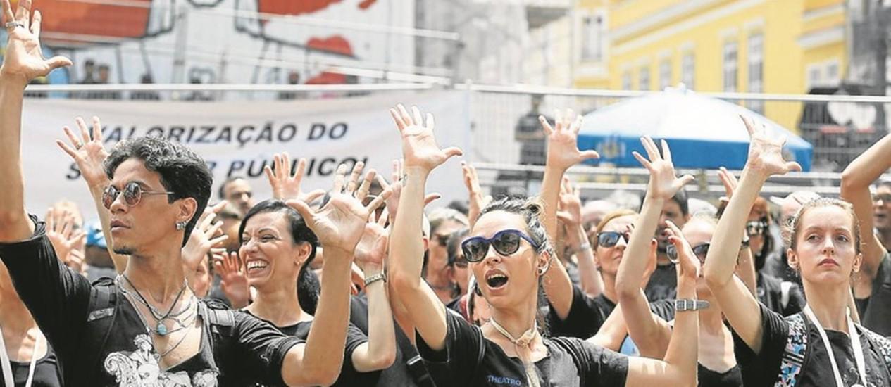 Luto. De preto, manifestantes se concentram em frente à Assembleia: grupo do Teatro Municipal, que protesta contra atrasos salariais, fez apresentação Foto: Pablo Jacob