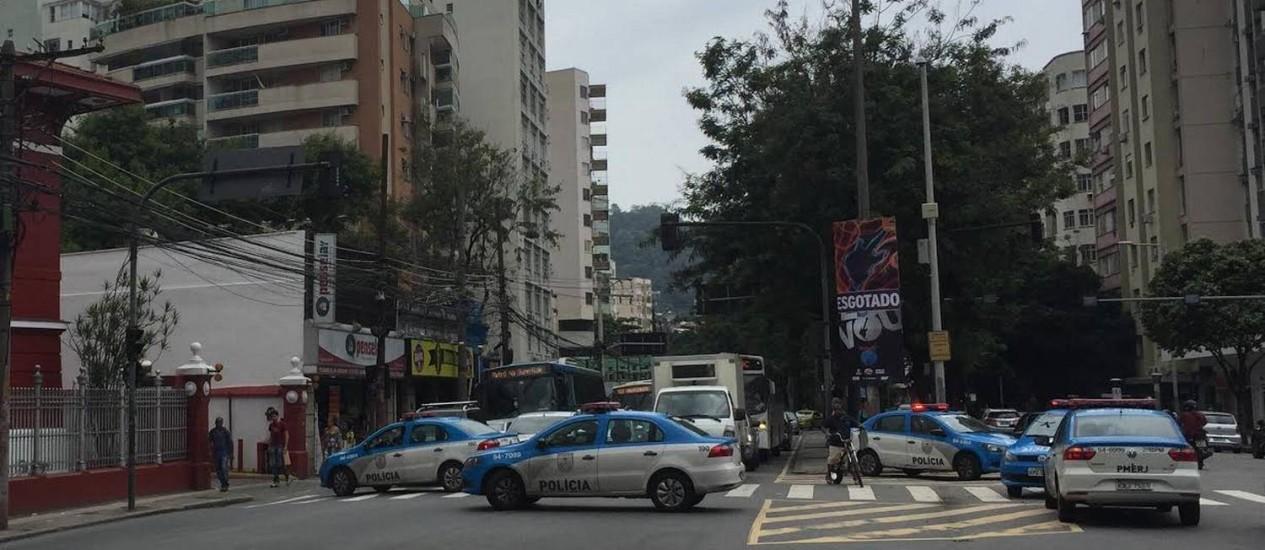 Carros da Polícia Militar fecham a Rua Humaita Foto: Joana Dale / O Globo