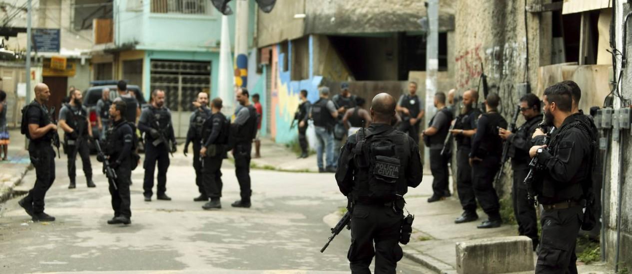 Agentes da Polícia Civil durante operação na Cidade de Deus Foto: Gabriel de Paiva / Agência O Globo