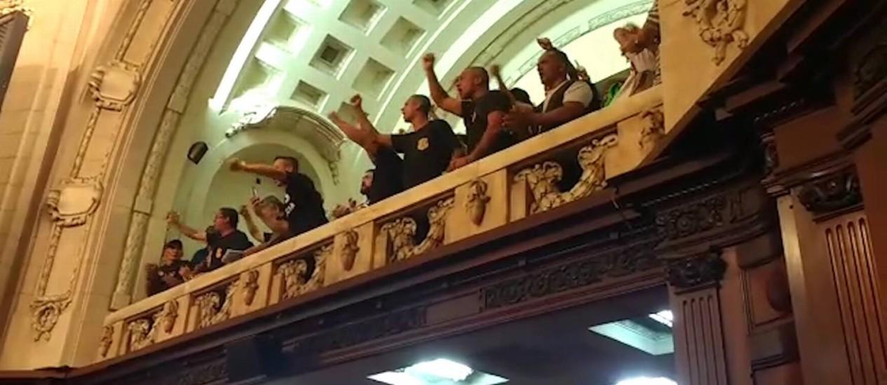 Funcionários gritam, da galeria, palavras de protesto Foto: Reprodução