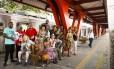 Artistas que vão se apresentar no Trem do Samba se reúnem na estação Oswaldo Cruz