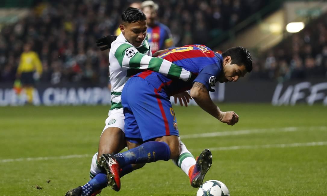 Izaguirre segura Suárez em pênalti contra o Celtic no segundo tempo Lee Smith / REUTERS