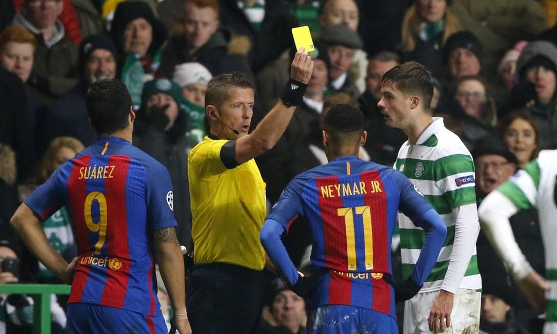 Neymar leva o amarelo após se estranhar com Lustig, do Celtic Russell Cheyne / REUTERS