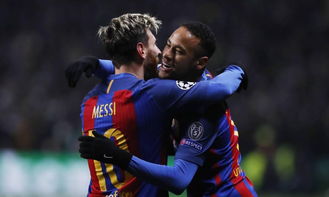 Messi é abraçado por Neymar ao fazer o primeiro gol diante do Celtic Russell Cheyne / REUTERS