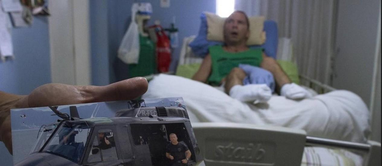 Luta pela vida. Claudio em dois momentos: quando era policial do Saer e, após o acidente, no quarto de sua casa Foto: Daniel Marenco