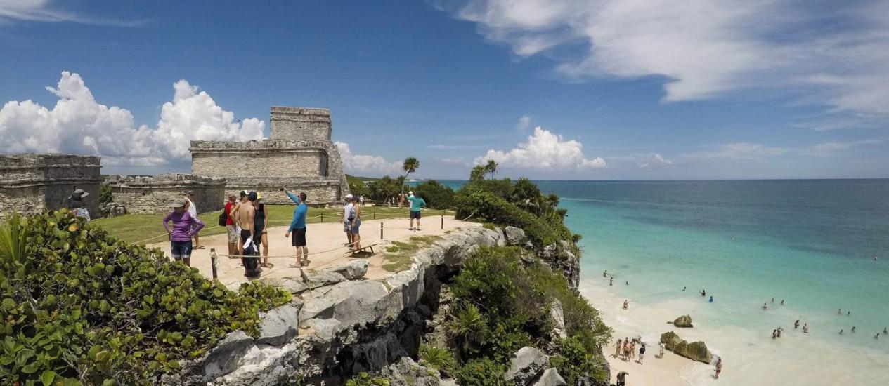 Vista que impressiona. Uma edificação das ruínas de Tulum e o cristalino mar caribenho logo abaixo do penhasco Foto: Mônica Ibuzeiro / Agência O Globo