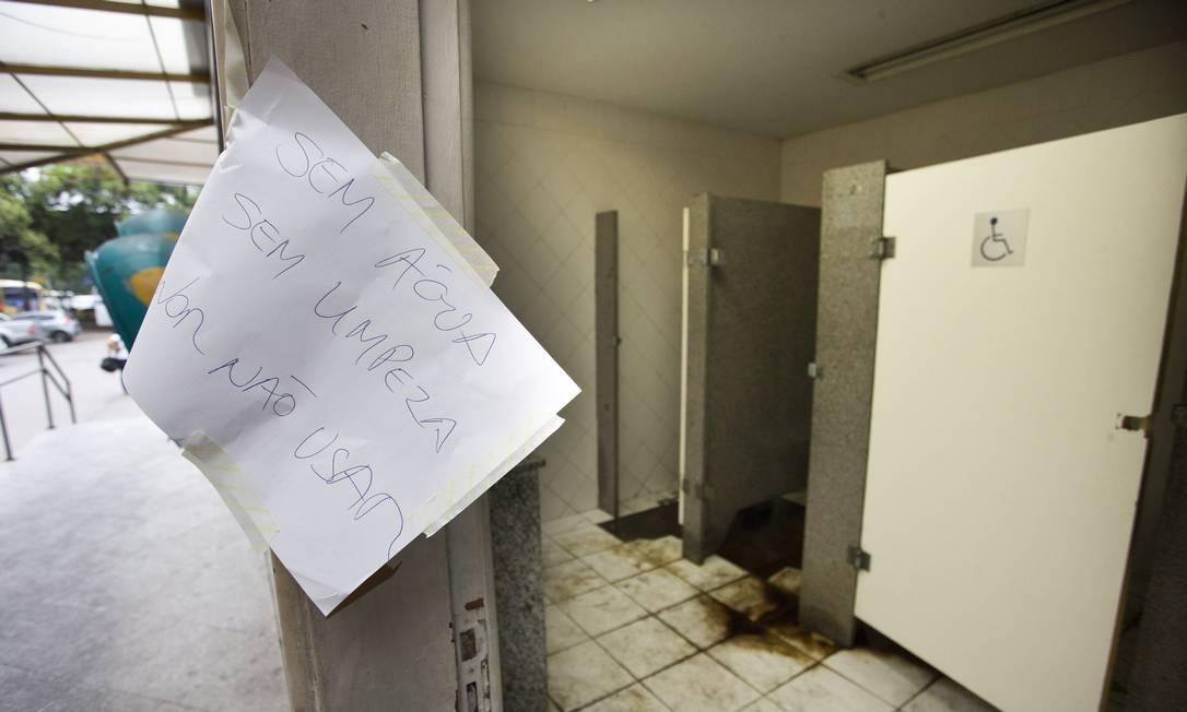 As condições precárias do IML  Jornal O Globo -> Cartaz Banheiro Feminino