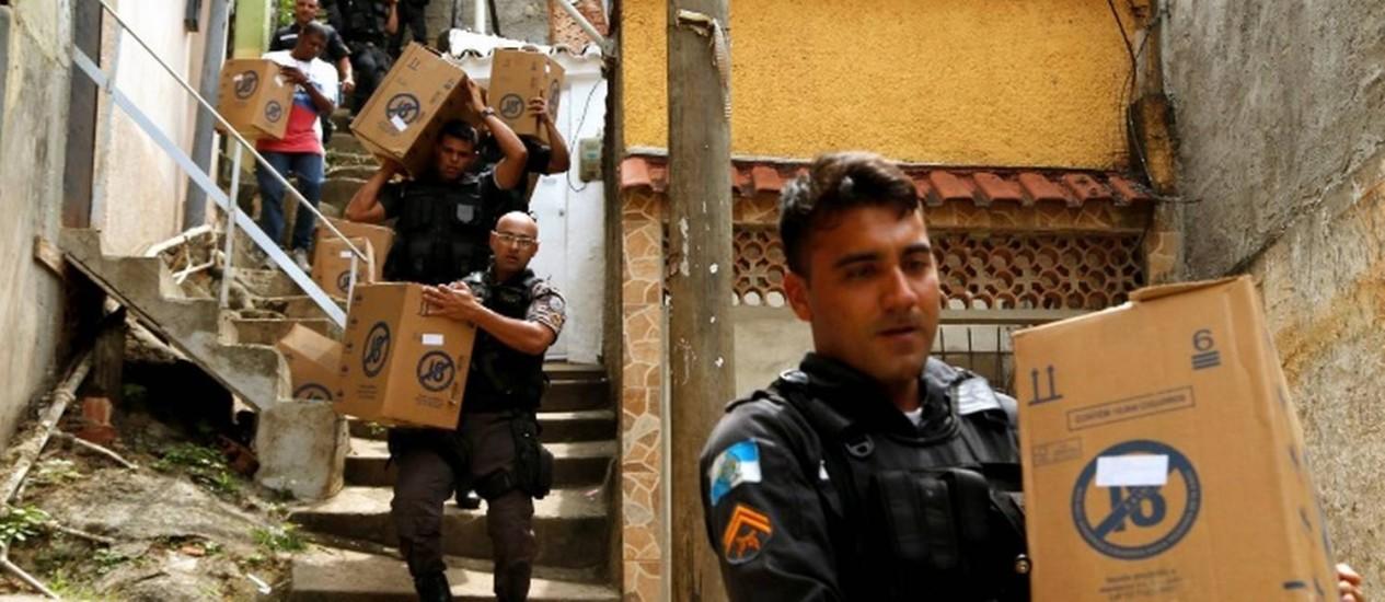 Policiais foram atrás e conseguiram recuperar o veículo Foto: Marcelo Carnaval/ Agência O Globo