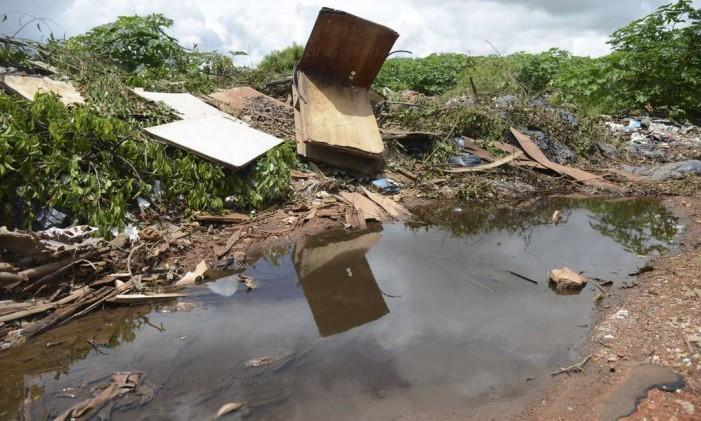 Lixo acumulado em terrenos baldios serve de criadouro para o Aedes Foto: José Cruz / Agência Brasil