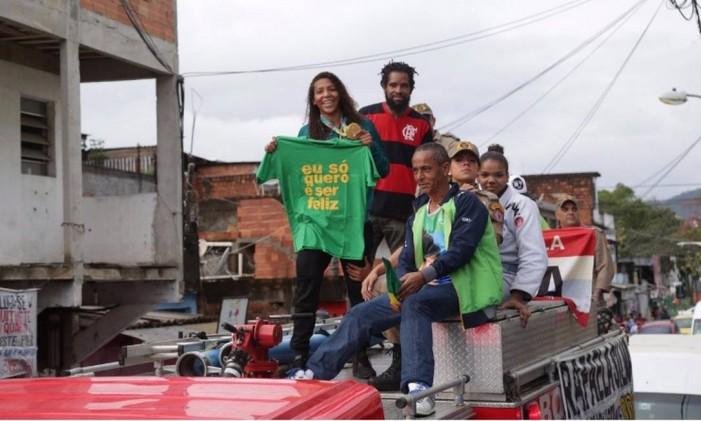 Rafaela desfila em carro do corpo de bombeiros pela comunidade Foto: Márcio Alves
