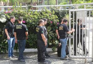 Agentes da Polícia Federal durante a Operação Calicute, que prendeu o ex-governador do Rio Sérgio Cabral Foto: Custódio Coimbra / Agência O Globo / 17-11-2017
