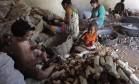 Crianças manipulam facas em casas de farinha no município de Glória de Goita, em Pernambuco. Foto: Hans von Manteuffel / Agência O Globo