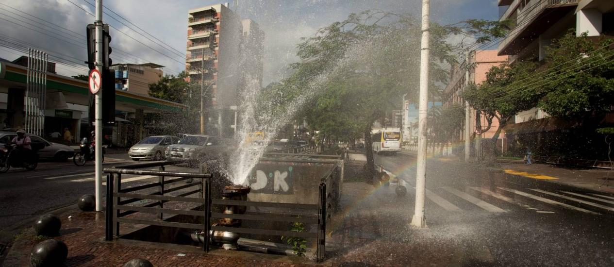 Água jorra de tubulação da Cedae na Rua Maxwell, esquina com Rua Uruguai, na Tijuca Foto: Márcia Foletto / O Globo