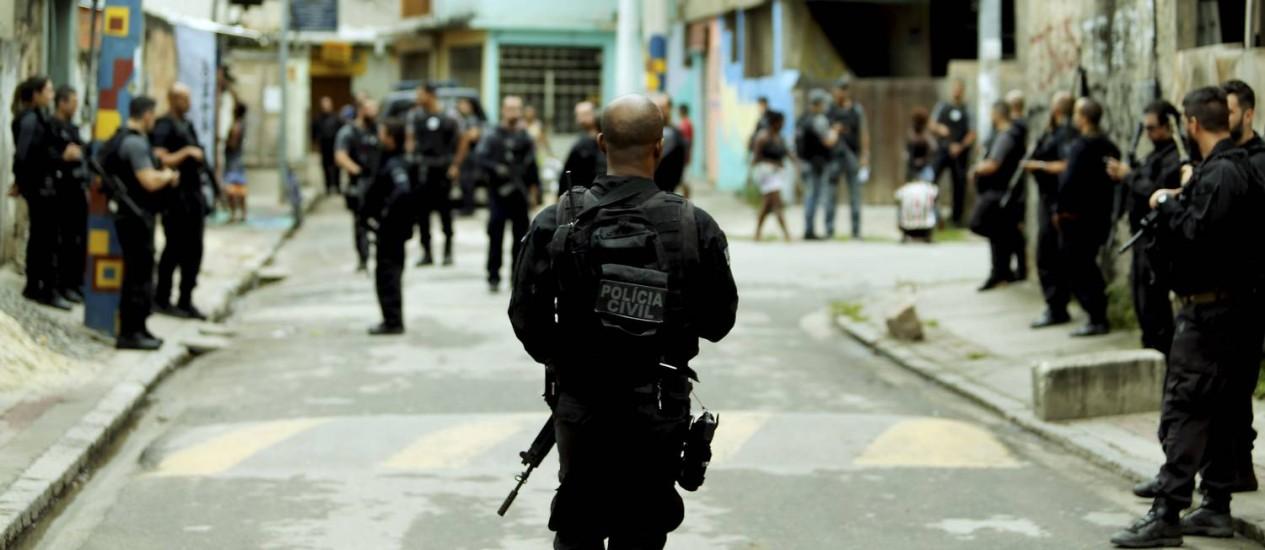 Policiais civis fazem operação na Cidade de Deus para cumprir mandados de prisão em 23/11/2016 Foto: Gabriel de Paiva / Agência O Globo