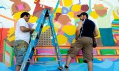 Osgemeos trabalhando em seu novo mural em Wynwood, Miami Foto: Martha Cooper / Divulgação