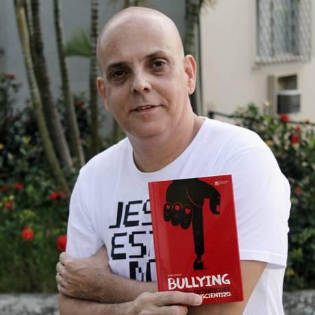 Mar'Junior com sua autobiografia já lançada Foto: Agência O Globo / Zeca Gonçalves