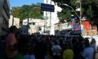 Manifestantes protestam na frente das obras do edifício La Vue, em Salvador Foto: Tiago Dantas/Agência O Globo