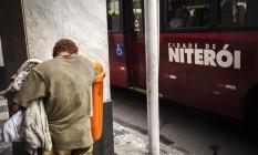 Morador em situação de rua revira lixo no Centro de Niterói: corte na Secretaria de Assistência Social pode prejudicar ações de acolhimento Foto: Hermes de Paula / Agência O Globo / 23/11/2016