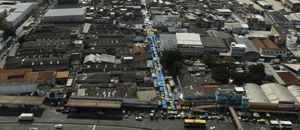 A vista áerea de parte do Complexo da Maré Foto: Gabriel de Paiva - 15/10/2016 / Agência O Globo