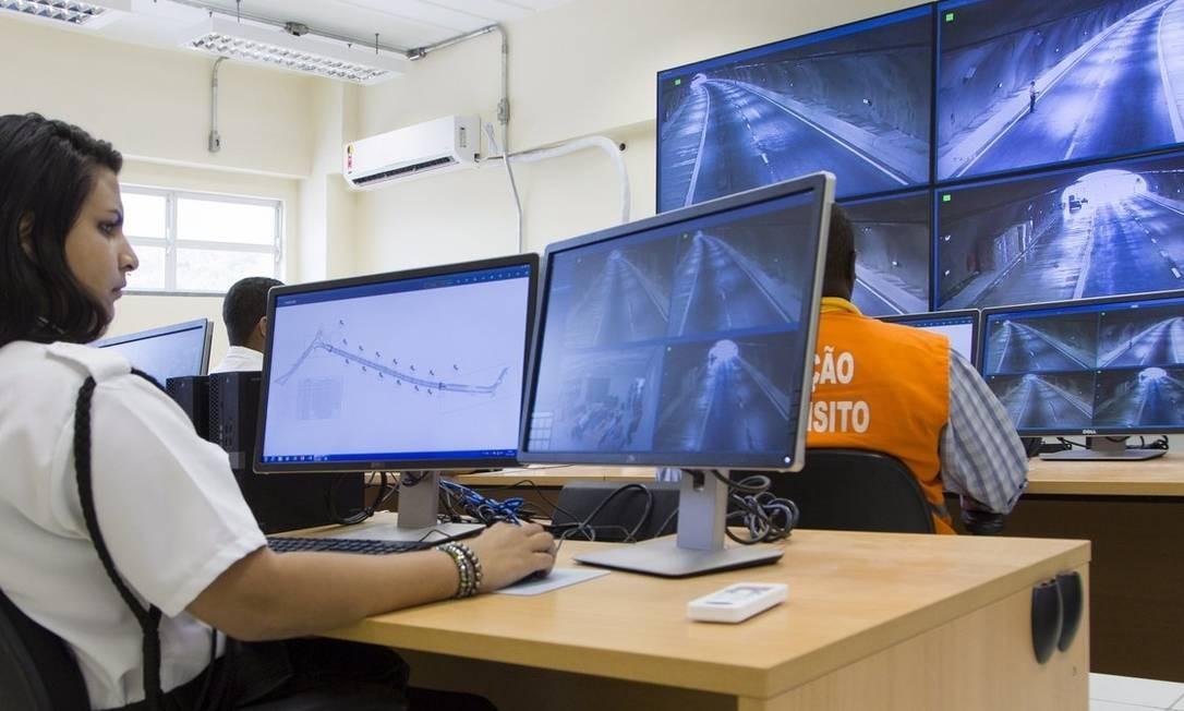 Operadores de trânsito monitoram as imagens das 16 câmeras espalhadas pelas duas galerias do túnel Foto: Agência O Globo / Leo Martins