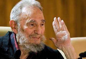 Fidel Castro conversa com intelectuais e escritores na Feira Internacional do Livro de Havana, em 2012 Foto: Roberto Chile / AP