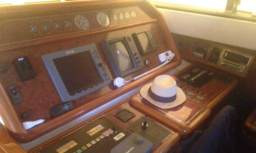 O iate conta com cabine privada e uma espécie de sala de comandos Reprodução / PF