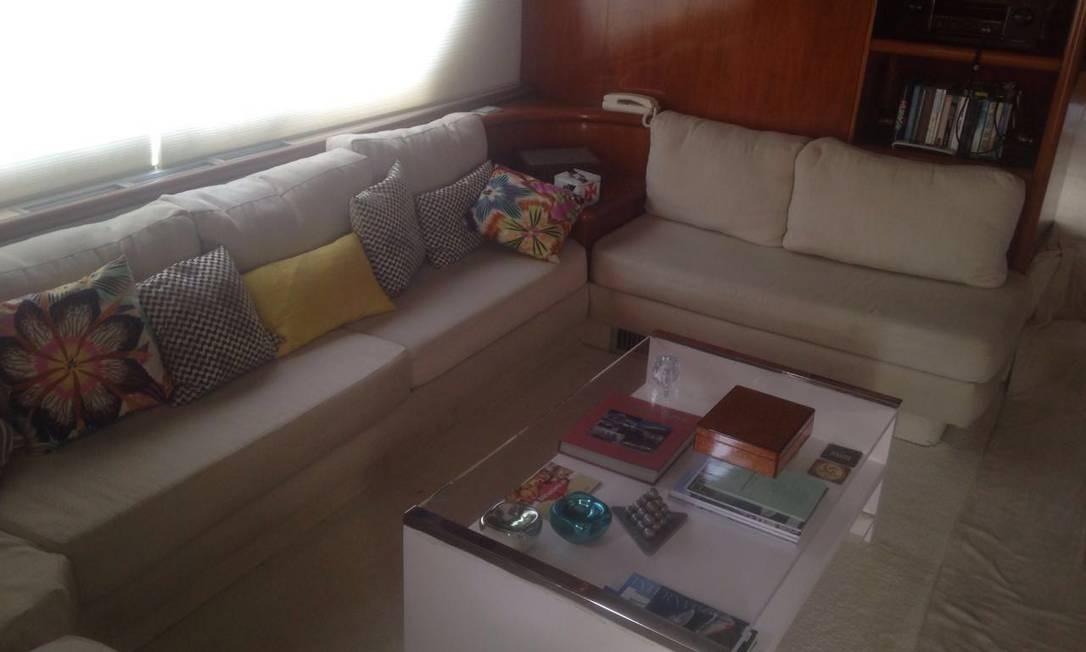 O interior do iate usado por Cabral revela um padrão de luxo. Lanchas da italiana Ferretti são conhecidas como uma espécie de Ferrari dos mares. No interior da embaracação, há uma sala de estar com TV e sofá Foto: Reprodução / PF