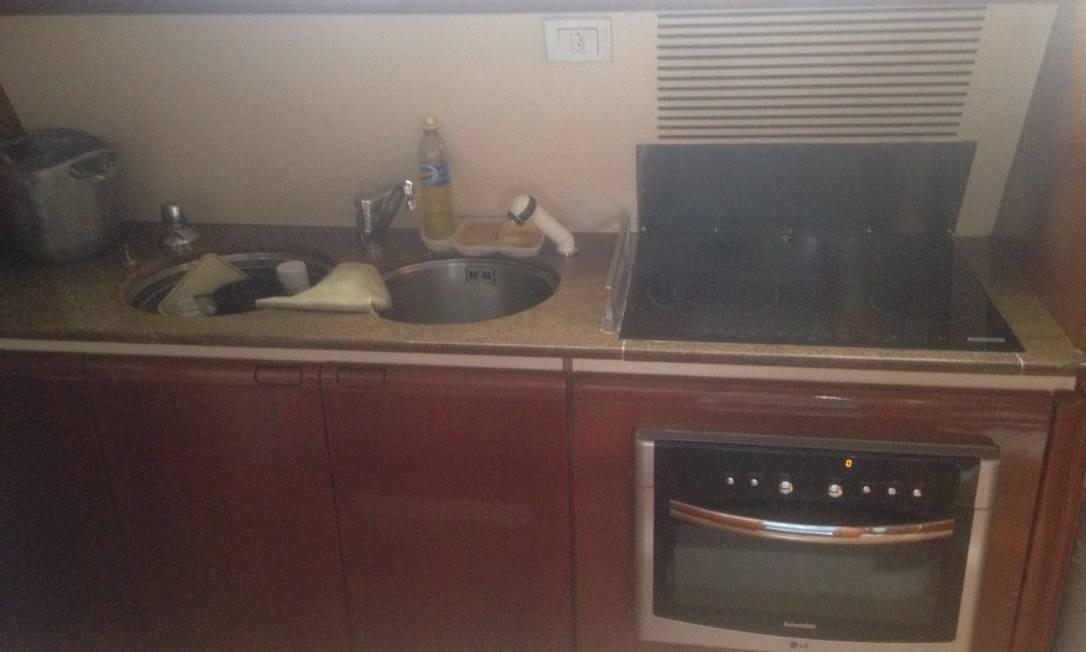 Embarcação também conta com cozinha e forno Foto: Reprodução / PF