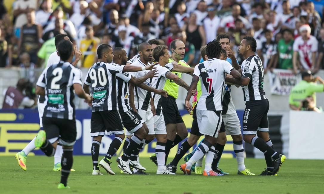 Confusão logo nos primeiros minutos entre jogadores de Vasco e Ceará no Maracanã: começou entre o zagueiro Rodrigo e o atacante Bill Guito Moreto / Agência O Globo