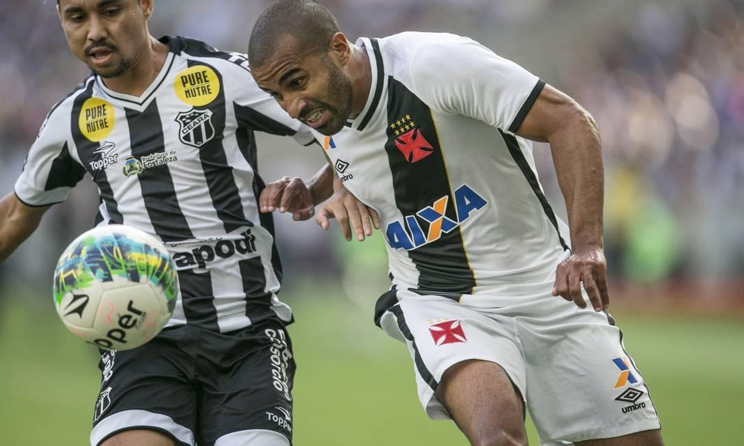 O lateral Júlio César tenta chegar à linha de fundo e levar o Vasco ao ataque Guito Moreto / Agência O Globo