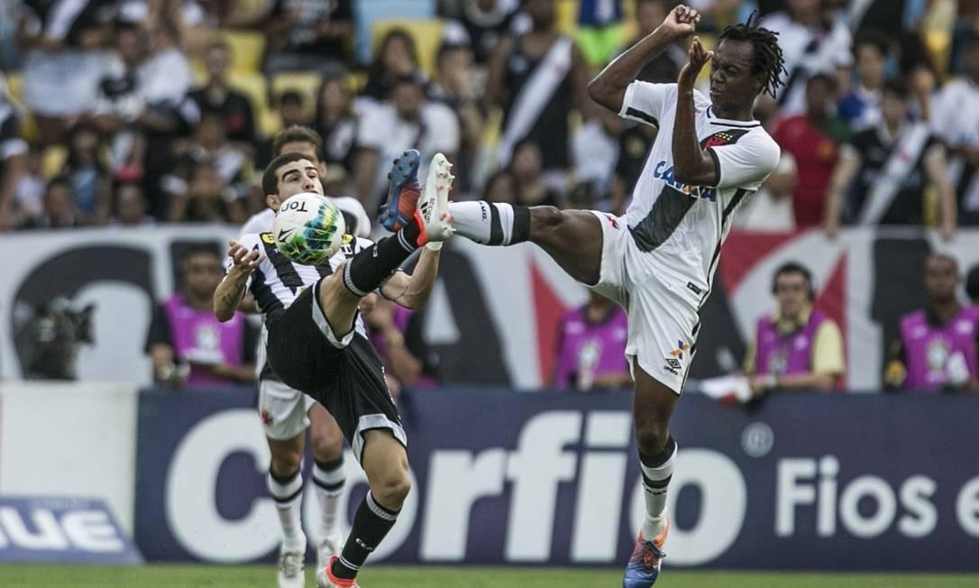 Andrezinho estica a perna e divide no alto: jogo duro para o Vasco contra o Ceará Guito Moreto / Agência O Globo