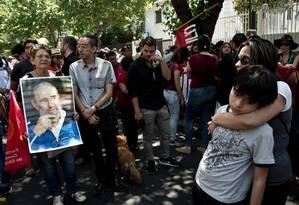 Simpatizantes de Fidel fazem vigília em Santiago, Chile, após notícia de sua morte Foto: MARTIN BERNETTI / AFP