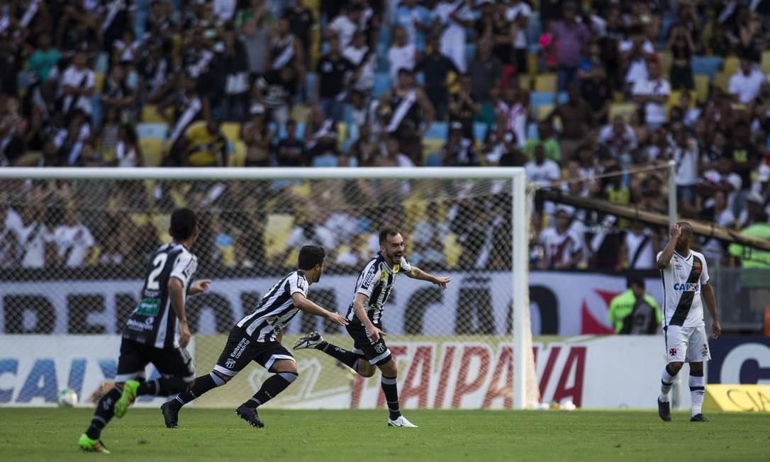 Jogadores do Ceará festejam gol no Maracanã lotado. Ao fundo, o lateral do Vasco Júlio César assiste Guito Moreto / Agência O Globo