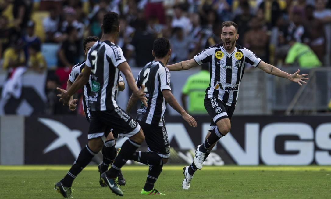 O lateral Eduardo festeja o gol que marcou pelo Ceará em cima do Vasco, no Maracanã lotado Guito Moreto / Agência O Globo