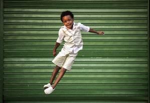 A história segue com meninos como Thawan Trindade, de 8 anos, que participou da abertura da Olimpíada e integra a ala dos passistas da Escola Mirim Nova Geração Estácio de Sá Foto: Hermes de Paula