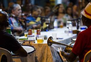 Samba do Trabalhador, com Moacyr Luz (ao fundo, com o violão) Foto: Leo Martins / Agência O Globo