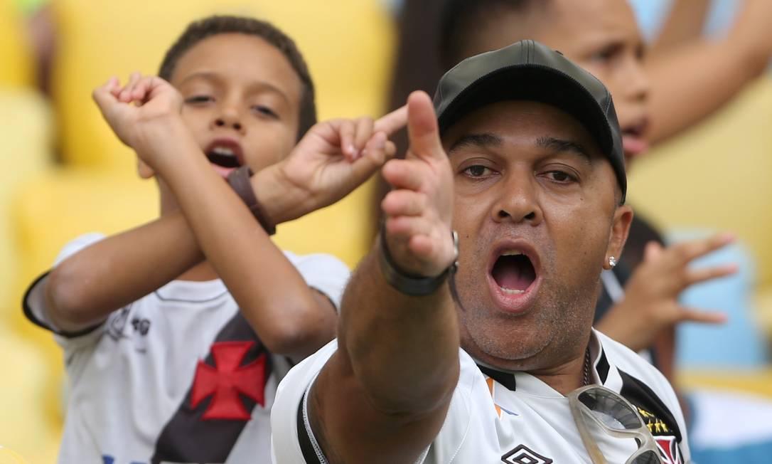 Torcedor do Vasco reclama do time, que jogou muito mal no primeiro tempo contra o Ceará Guilherme Pinto / Agência O Globo