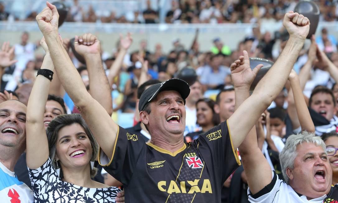 E quem vaiou... também comemorou. Na etapa final, o Vasco virou o jogo e garantiu a classificação para a Série A de 2017 Guilherme Pinto / Agência O Globo