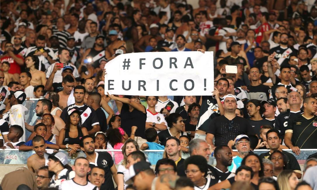 Cartaz dá o recado na torcida do Vasco, insatisfeita com a campanha na Série B, apesar do acesso à elite, e com a diretoria do clube Guilherme Pinto / Agência O Globo
