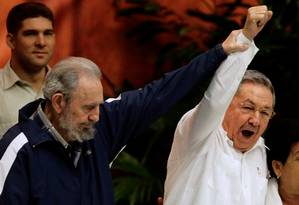 Durante o encerramento do Congresso do Partido Comunista Cubano, em 2011, Fidel Castro ergue a mão de seu irmão, Raúl Castro Foto: DESMOND BOYLAN / REUTERS